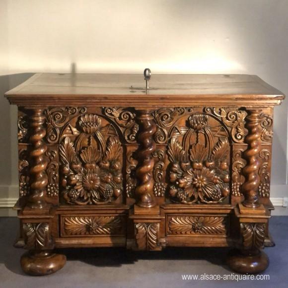 Walnut chest XVII th century Alsace